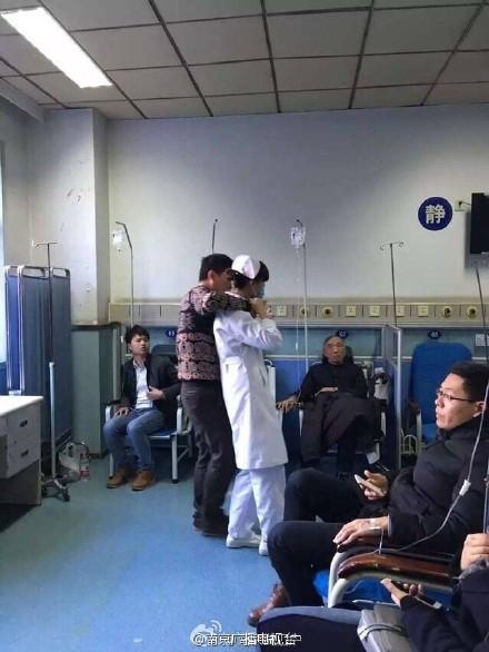 南京一男子因家庭纠纷劫持护士 警察已经到现场