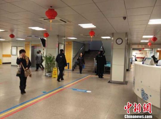 事发后的江苏省公民病院内,保安和差人到处可见。 张传明 摄