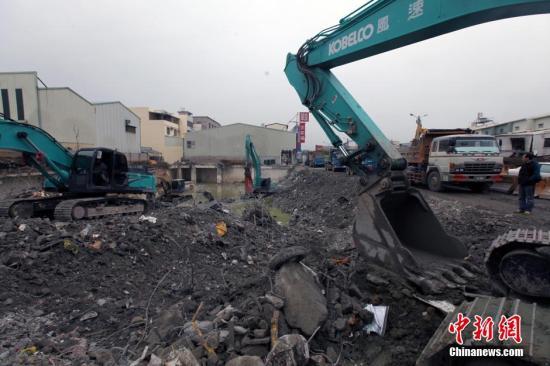 资料图:大型机械持续清理维冠大楼地基。 中新社记者 刘舒凌 摄
