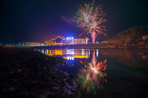 """""""烟花之夜""""是天悦湾温泉正月里系列活动之一,是天悦湾首届风铃旅游节"""