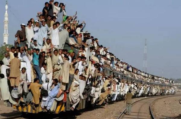 而且印度的火车里,是真的有卖挂票的.就像这样↓