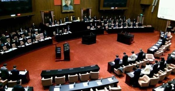 """台湾新一届""""立法院""""开议前为南台湾地震默哀。"""