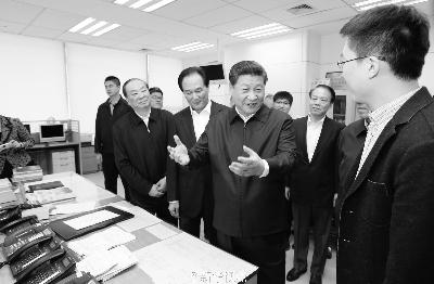 19日上午,习近平在新华社调研,到国内部总编室同采编人员交流 图/新华视点