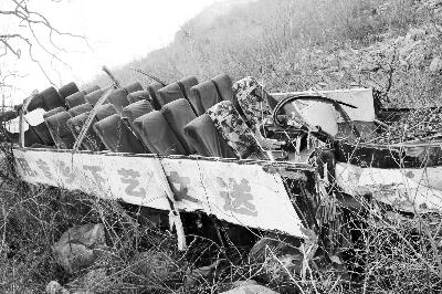 2015年3月2日23时许,无证司机驾御大巴经过效劳站后,在新乡和林州接壤处坠崖,形成20死13伤 供图/视觉国家