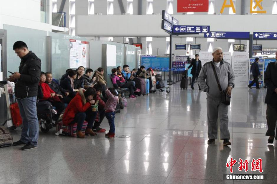 乌鲁木齐再遭冻雾影响 部分航班延误旅客滞留