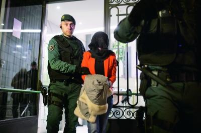 当地时间17日,西班牙国民警卫队警员将工行马德里分行人员带离办公楼