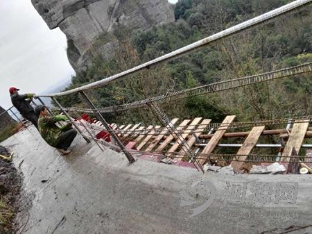 在建设中的霍山栈道。