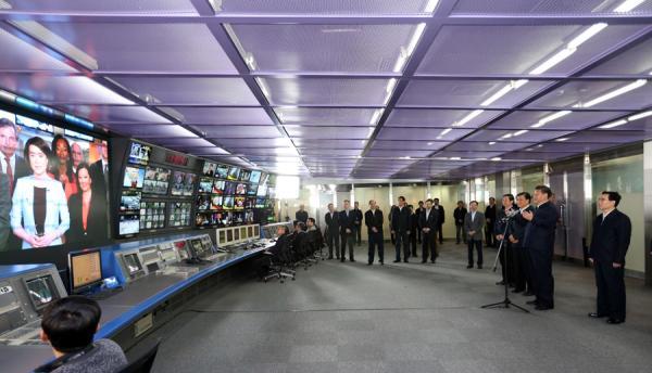 2月19日,中共中央总书记、国家主席、中央军委主席习近平在北京主持召开党的新闻舆论工作座谈会,并到中央新闻单位调研。这是习近平在中央电视台视频连线央视北美分台负责人,对他们的工作生活表示关心。新华网 图