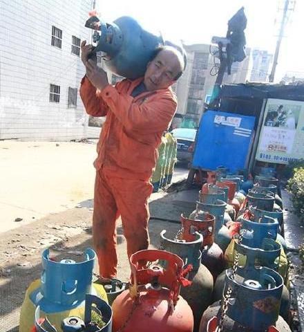 农民工14年扛煤气罐攒钱助学 帮60多个孩子回课堂