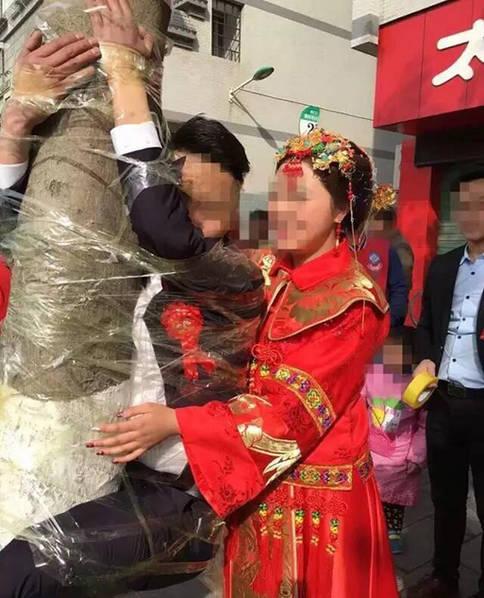 婚礼现场:新郎同公公婆婆被挂树上(图)