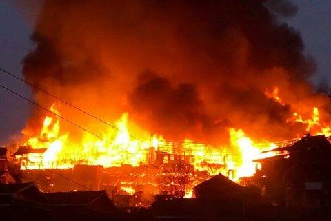 木屋挨得很近,大火蔓延非常快。目击者供图