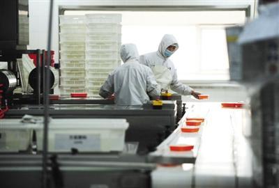 近日,京铁列车服务有限公司高铁盒饭制作基地。热菜出锅后被送入真空易冷机快速降温,随后进行包装。 袁艺 摄