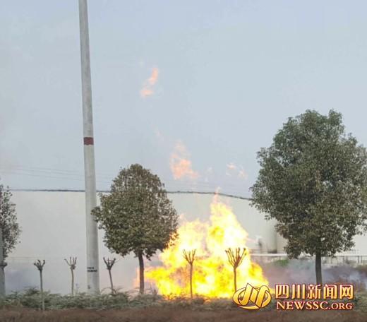 四川遂宁射洪天然气管道爆燃 喷出20余米高火焰