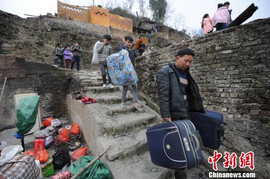 贵州剑河温泉村寨火120人受灾 民众获初步安置
