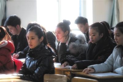中戏广播电视节目主持专业的考生正在备考区等待考试。