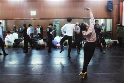 音乐剧专业考生在备考区域等待考试。本版摄影/新京报记者 周岗峰