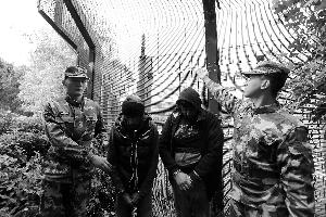 图为边防胡匪批示发觉涉嫌偷渡职员的监控摄像头。通信员供图