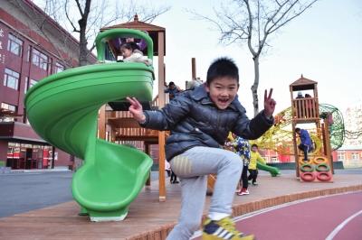 新游乐场让门生们兴高采烈。京华时报记者 周民 摄