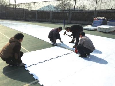 工人正在铺设仿真冰场。京华时报通信员 张苗 摄