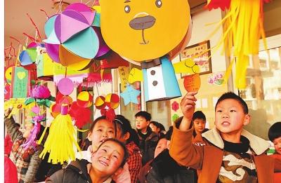 2月20日,汝阳县实验小学的小学生在观赏灯展.图片