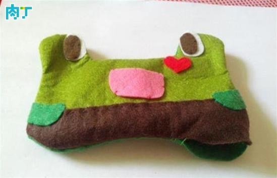 1第一步:剪出青蛙鼠标靠垫所需的部件
