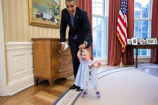 上图中的小女孩是美国前任副新闻秘书杰米史密斯的女儿。