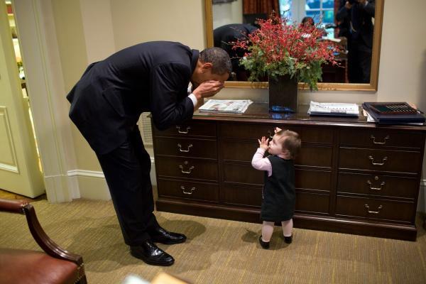 """奥巴马在外出参加活动,与民众互动时,也喜欢和孩子""""打成一片""""。"""