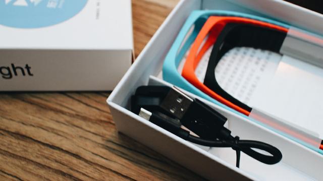 除了手机,智能手环也成为了2015年智能硬件类的产品中不可忽视的中坚力量。而说到手环,自然不能不说小米,凭借低廉的价格,小米把智能手环做到了69元,实在难得。而在去年的岁末,小米又推出了小米手环的升级版,可测心率的小米手环光感版,而99元的价格让其再度一环难求,更有不少砖家网友纷纷表示:没有心率的手环都是耍流氓。