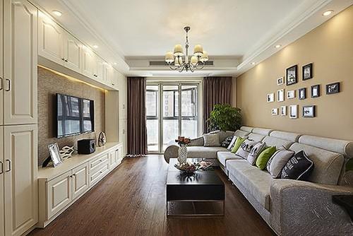 米色沙发背景墙与深色木地板搭配出成熟的空间气质