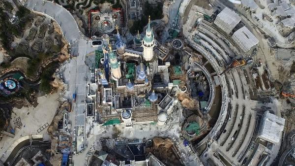 2月17日,建设中的迪士尼梦幻城堡。