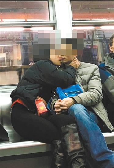 小情侣地铁里当众接吻 恩爱秀持续至少7站