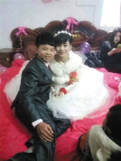 15日,广西马山,这对16岁新人在婚礼上面露微笑。图/CFP