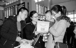 """2月21日,侯马西站""""好运行""""服务明星现场解答旅客问题。春运期间,侯马车务段创新服务方式,千方百计地确保旅客平安、舒心出行。"""