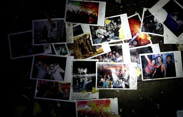 现场的地上还狼藉着些相片,相片上是些外籍人士的合照。