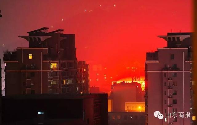 """昨天是济南市绕城高速以内允许燃放烟花爆竹的最后一天,许多市民也上演""""最后的疯狂"""",在元宵之夜过足鞭炮瘾。"""
