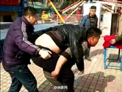 男子从游乐设施坠下身亡 妻子刚生完小孩