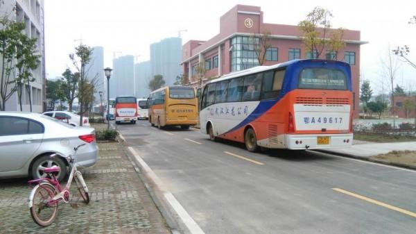 开学第一天 武汉一小学生遭校车碾压致死