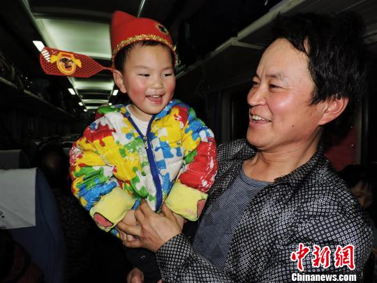"""""""小留鸟""""带上传统帽子登上火车。 邓良奎 摄"""