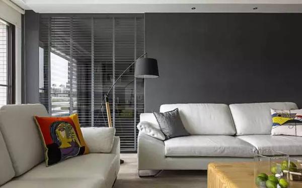 沙发背景中用玻璃墙来打破硬朗的灰色背景,同时和书房形成空间