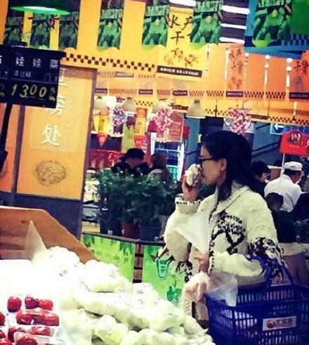 高圆圆素颜逛超市被偷拍
