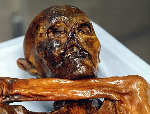"""原文配图:""""冰人""""奥兹于1991年9月在阿尔卑斯山区被发现,他的身体绝大部分处于冰冻之中。"""