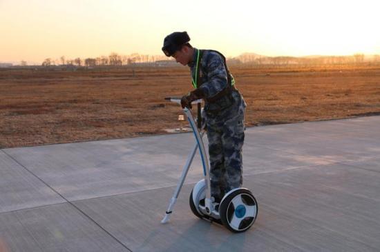 养场员驾驶机场道面单兵快速巡查器检查机场跑道