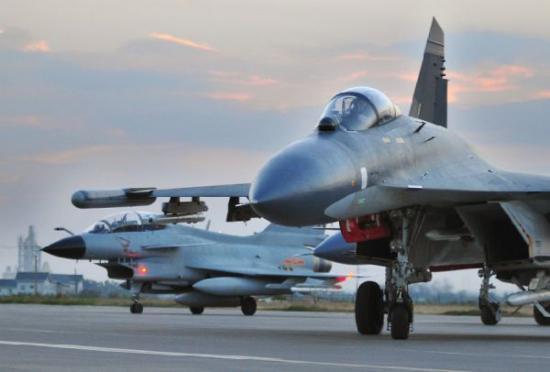 材料图片:中国空军歼-10跟歼-11战机正在跑讲上滑止。(图片