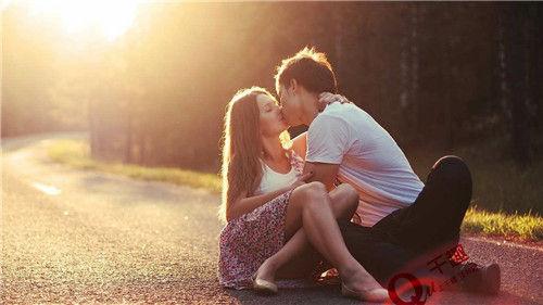 女生VS女人接吻时想要的大不同!男人买网站衣服的图片