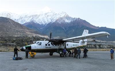 塔拉航空公司的一架小型客机在尼泊尔卓姆索姆一座机场着陆的材料相片。