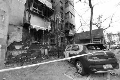 一辆美丽轿车在火警中重大受损。京华时报记者 陶冉 摄