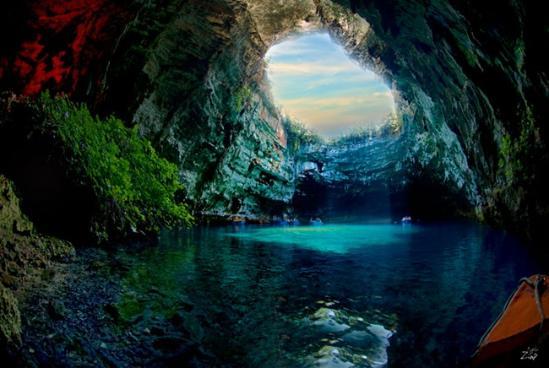 中间洞_整个山洞长达100米,由两个遍布湖水的大洞和中间一个小岛组成,里边的