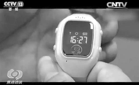 2月23日晚上,央视《焦点访谈》栏目报道了儿童智能手表安全问题的。家长给孩子购买儿童智能手表的初衷,多是为了获得一份安全感,新闻却指出,这样一块表很容易被不法分子利用,成定位窃听器,导致个人信息全泄露。记者了解到,在给孩子购买智能手表的风潮下,南京已有学校禁止孩子佩戴智能手表上学。