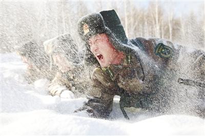 原文配图:杜宏在雪地中匍匐前进,带领官兵开展实战化训练。