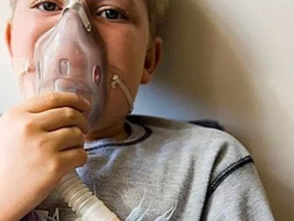 当在我院就诊的宝宝需要进行雾化治疗时,家长们总是有一些问题想要问问医生。   什么是雾化?   雾化是一种治疗方法,它是把药物喷成超微粒结构,通过呼吸带到气管、肺的表面粘膜,它不经过胃肠、血液循环,而是直接作用在靶器官上。一般情况下,雾化用药量是口服的1/50,但是效果是相同的。因此它具有用药少、效果好、副作用小的特点,尤其在治疗咽喉炎、支气管炎、喘息性支气管炎、过敏、痰多等等病症。   雾化吸入被广泛应用于儿童呼吸道疾病。利用雾化吸入的方法可以消除局部炎症,稀释痰液,治疗或预防哮喘发作。   雾化